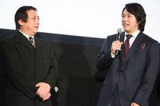 左から伊藤克信、松山ケンイチ。