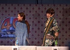 しっぽ姿をお披露目する、柳美稀(左)と渡邉剣(右)。