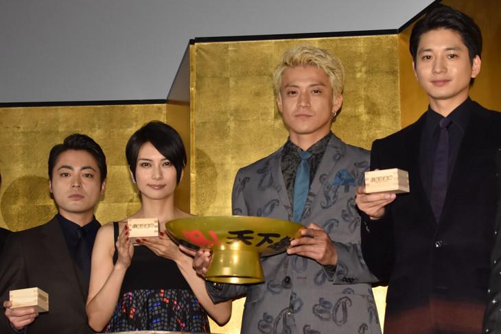 「信長協奏曲」初日舞台挨拶の様子。左から山田孝之、柴咲コウ、小栗旬、向井理。