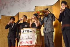 映画の公開を祝し、乾杯する登壇者たち。