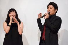 左から麻生久美子、安田顕。