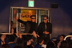 「さらば あぶない刑事」初日舞台挨拶に登場した柴田恭兵(左)と舘ひろし(右)。