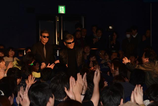 「さらば あぶない刑事」初日舞台挨拶に登場した柴田恭兵(右)と舘ひろし(左)。