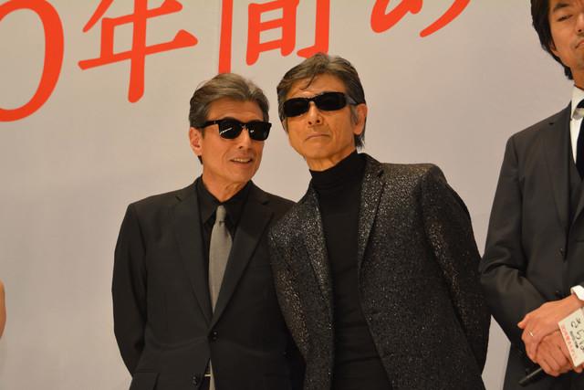 ほかのキャストが話している間、柴田恭兵(右)の耳元で何かささやく舘ひろし(左)。