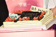 機関銃をモチーフにデコレーションされた誕生日ケーキ。