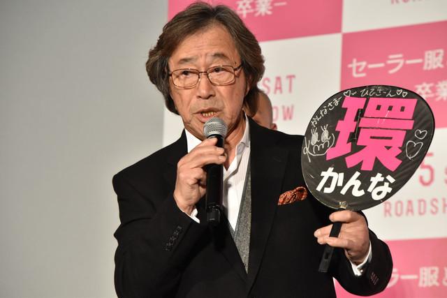 観客に借りたうちわで「環」の漢字の意味を解説する武田鉄矢。
