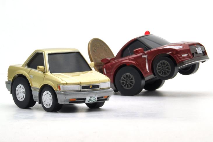 左からチョロQ zero あぶない刑事Z02 レパード(金)、あぶない刑事Z01 日産GT-R 2014(赤)。