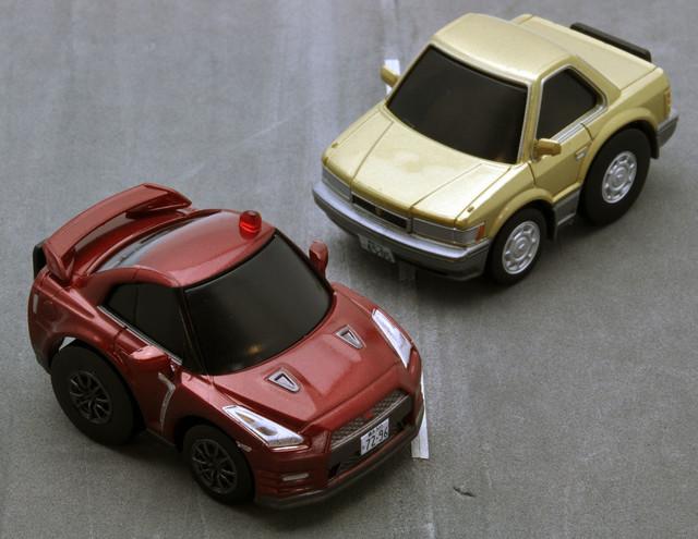 左からチョロQ zero あぶない刑事Z01 日産GT-R 2014(赤)、あぶない刑事Z02 レパード(金)。