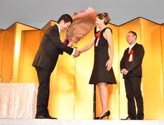 「百円の恋」プロデューサーの佐藤現(左)、安藤サクラ(中央)、脚本家の足立紳(右)。