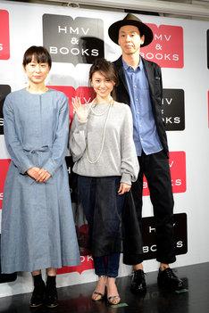「ロマンス」Blu-ray / DVD発売記念イベントにて、アテンダントポーズを取る大島優子(中央)。