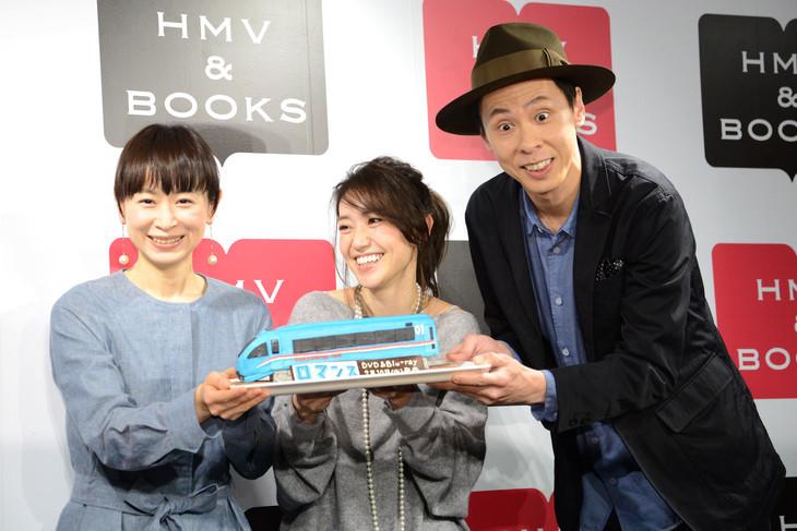 変顔する大倉孝二(左)と、思わず笑う大島優子(中央)。