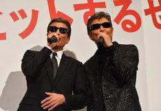 本日が誕生日であるというファンへ、歌をプレゼントした舘ひろし(左)と柴田恭兵(右)。