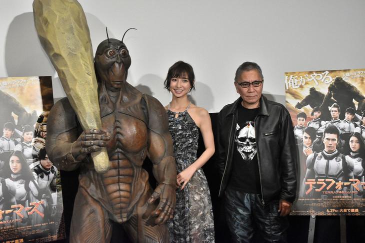「テラフォーマーズ」完成直前イベントの様子。左からテラフォーマーの着ぐるみ、篠田麻里子、三池崇史。