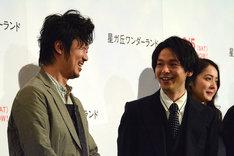 笑顔で見つめ合う中村倫也(右)と新井浩文(左)。