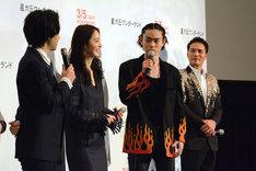 渋い顔で撮影時を振り返る菅田将暉(中央右)。