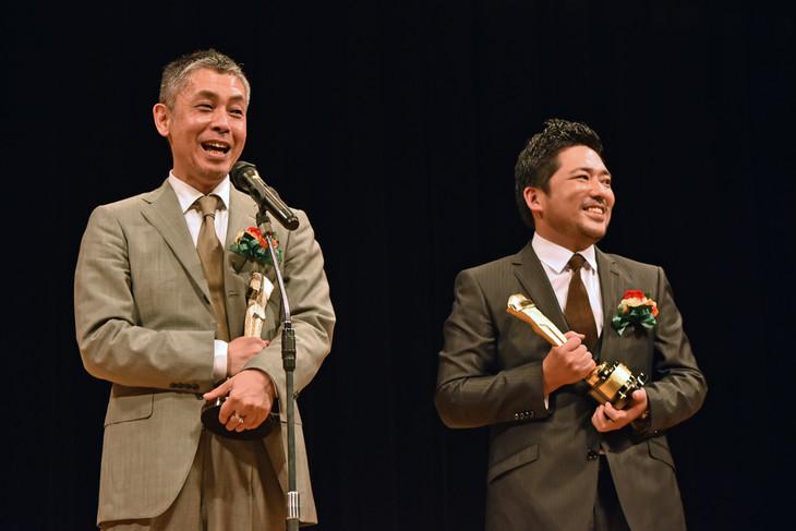 篠原篤(右)のスピーチの際に、祝福のコメントをした橋口亮輔(左)。