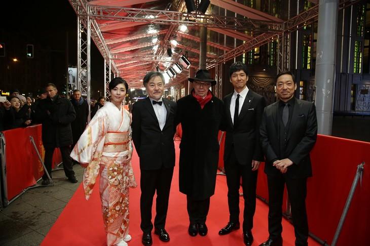 第66回ベルリン国際映画祭より、レッドカーペットでの様子。左から竹内結子、黒沢清、ベルリン国際映画祭でディレクターを務めるディーター・コスリック、西島秀俊、香川照之。