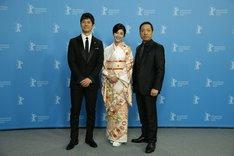 第66回ベルリン国際映画祭より、フォトコールの様子。左から西島秀俊、竹内結子、香川照之。