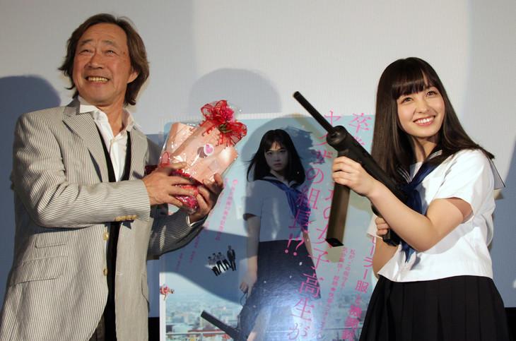 「セーラー服と機関銃 -卒業-」凱旋舞台挨拶より、橋本環奈(右)と武田鉄矢(左)。