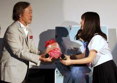 プレゼントを渡す橋本環奈(右)と受け取る武田鉄矢(左)。