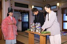 「世界から猫が消えたなら」ヒット祈願イベントより、祈祷中の佐藤健(中央)と宮崎あおい(右)。