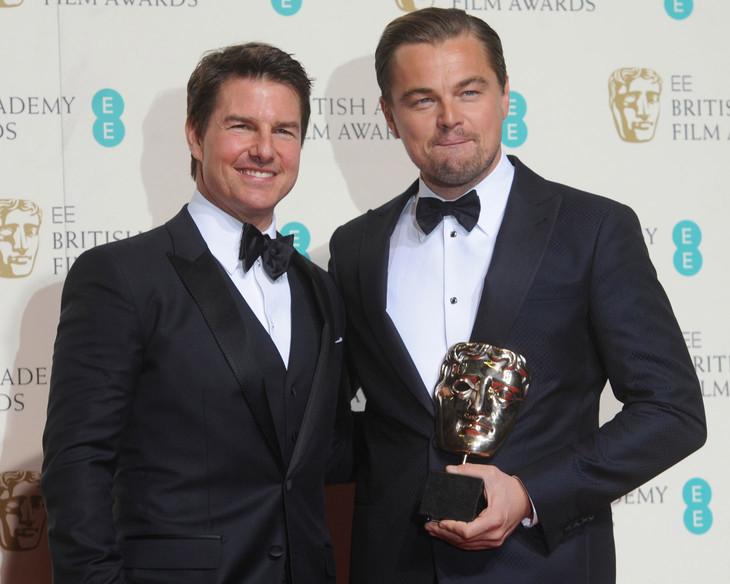 第69回英国アカデミー賞授賞式に出席したトム・クルーズ(左)とレオナルド・ディカプリオ(右)。(写真提供:RUNE HELLESTAD / UPI / Newscom / ゼータ イメージ)