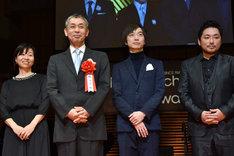 「恋人たち」監督の橋口亮輔(左から2番目)と出演者たち。
