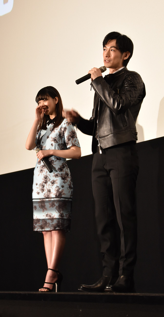 「NINJA THE MONSTER」舞台挨拶より、ディーン・フジオカ(右)のコメントに笑う森川葵(左)。