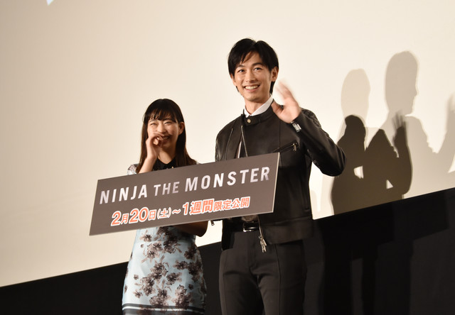 「NINJA THE MONSTER」舞台挨拶より、会場に向かって手を振る森川葵(左)とディーン・フジオカ(右)。