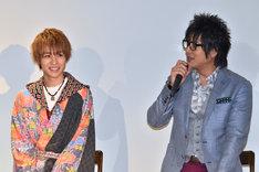 細川茂樹(右)の話に、笑顔を見せる西銘駿(左)。