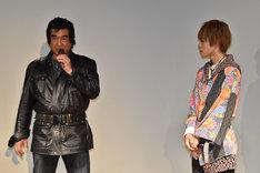 藤岡弘、(左)の熱弁に真剣な表情で耳を傾ける西銘駿(右)。