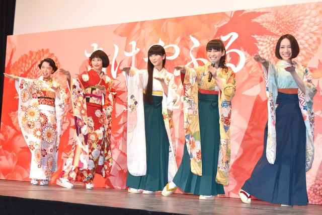 人気画像7位は「Perfume、『ちはやふる』イベントで主題歌の振り付けをパフォーマンス」より、主題歌「FLASH」の振り付けを披露している様子。