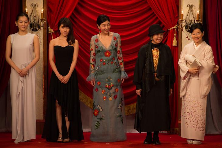 左から綾瀬はるか、有村架純、安藤サクラ、樹木希林、吉永小百合。