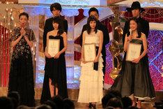司会の宮沢りえ(左端)と、日本アカデミー賞新人賞受賞者たち。右上が野田洋次郎(RADWIMPS)。