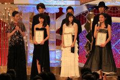 目をうるませる藤野涼子(右端下)。
