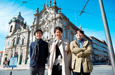 ポルトガル・カルモ教会にて、左から佐藤信介、大泉洋、花沢健吾。