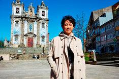 ポルトガルのサント・イルデフォンソ教会にて、大泉洋。