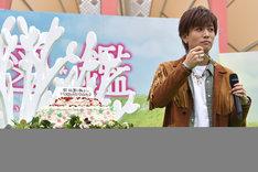 野いちごのケーキを食べる岩田剛典。