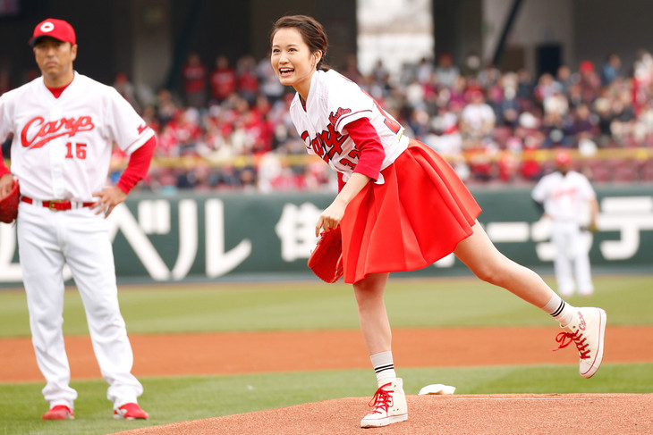 プロ野球のオープン戦・広島東洋カープ対埼玉西武ライオンズの始球式に登板した前田敦子。