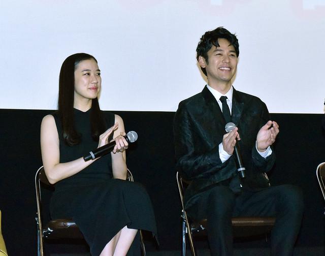 蒼井優(左)と妻夫木聡(右)。