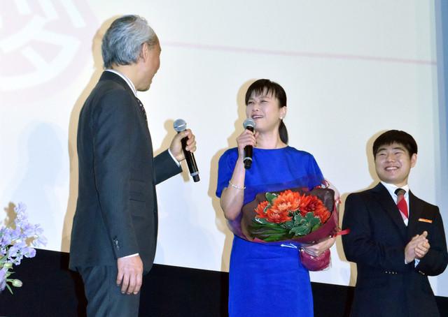 西村雅彦(左)のコメントにがっかりする夏川結衣(中央)と中村鷹之資(右)。