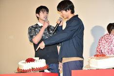 真剣佑(左)のケーキに難癖を付ける野村周平(右)。
