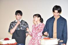いじけて自分のケーキを食べようとする野村周平(右)。