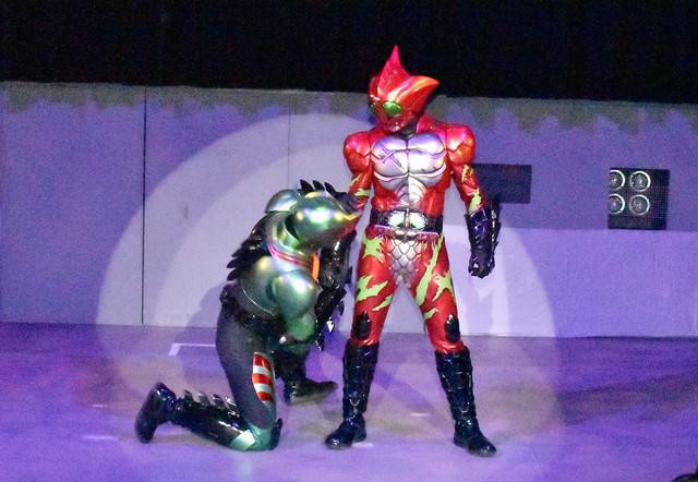 仮面ライダーアマゾンオメガ(左)と仮面ライダーアマゾンアルファ(右)。