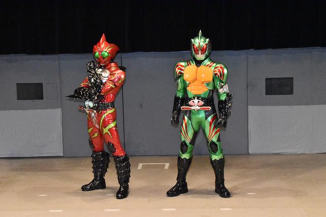 仮面ライダーアマゾンアルファ(左)と仮面ライダーアマゾンオメガ(右)。