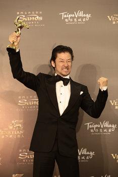 第10回アジア・フィルム・アワードで最優秀助演男優賞を受賞し、ガッツポーズを見せる浅野忠信。