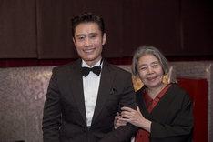 第10回アジア・フィルム・アワードにて、最優秀男優賞を受賞したイ・ビョンホン(左)と特別功労賞を受賞した樹木希林(右)。