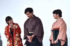 野村周平(中央)に「すごーくかわいかった」と言われ、目を見合わせる広瀬すず(左)と上白石萌音(右)。