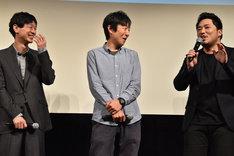 緊張で汗をかきながらコメントする篠原篤(右)と彼を微笑ましく見つめる加瀬亮(左)と黒田大輔(中央)。