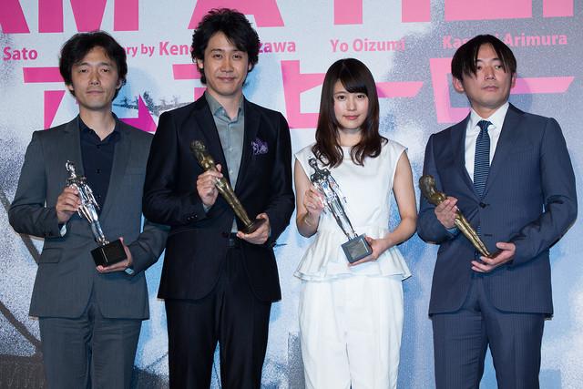 映画「アイアムアヒーロー」完成報告会見の様子。(左から)佐藤信介監督、大泉洋、有村架純、花沢健吾。